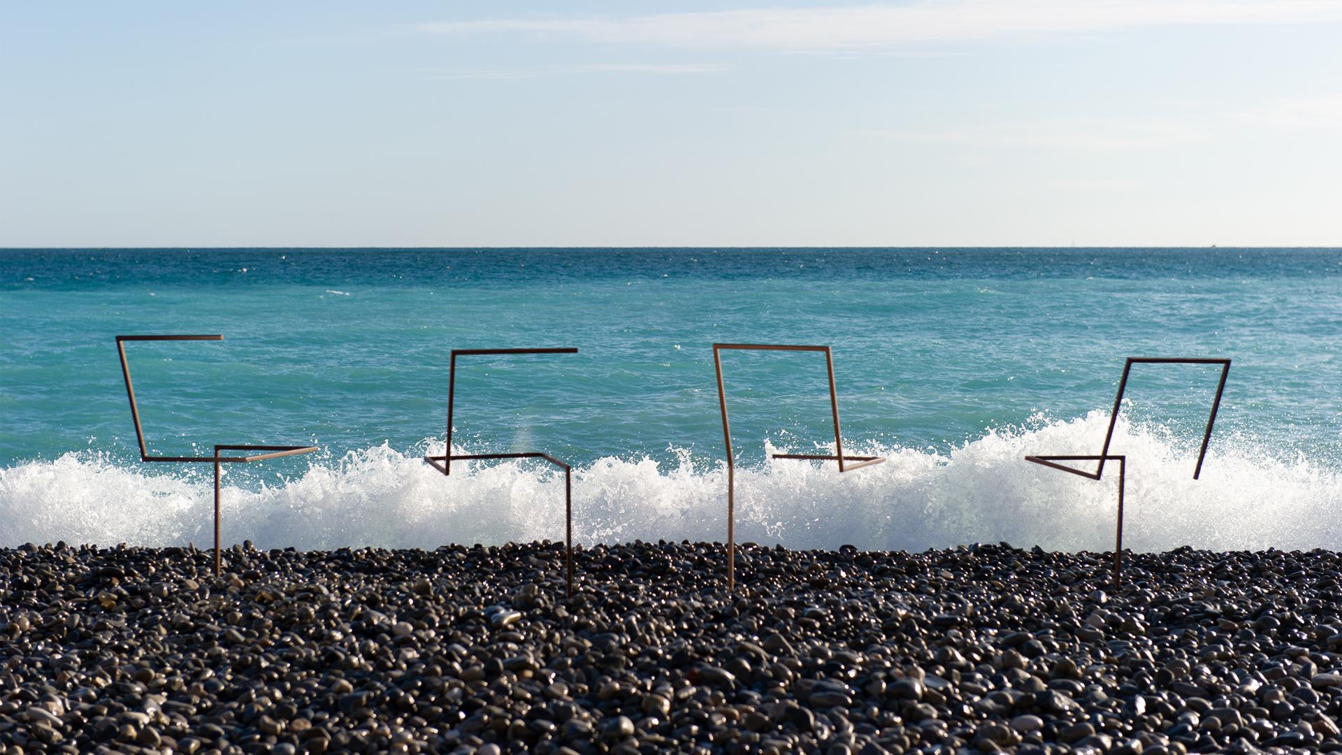 La sculpture extérieure .à la ligne est un ensemble de quatre sculptures de chaises en acier. Ancrée dans le sol par l'un des quatre pieds, chaque chaise trace son propre caractère sur l'horizon.