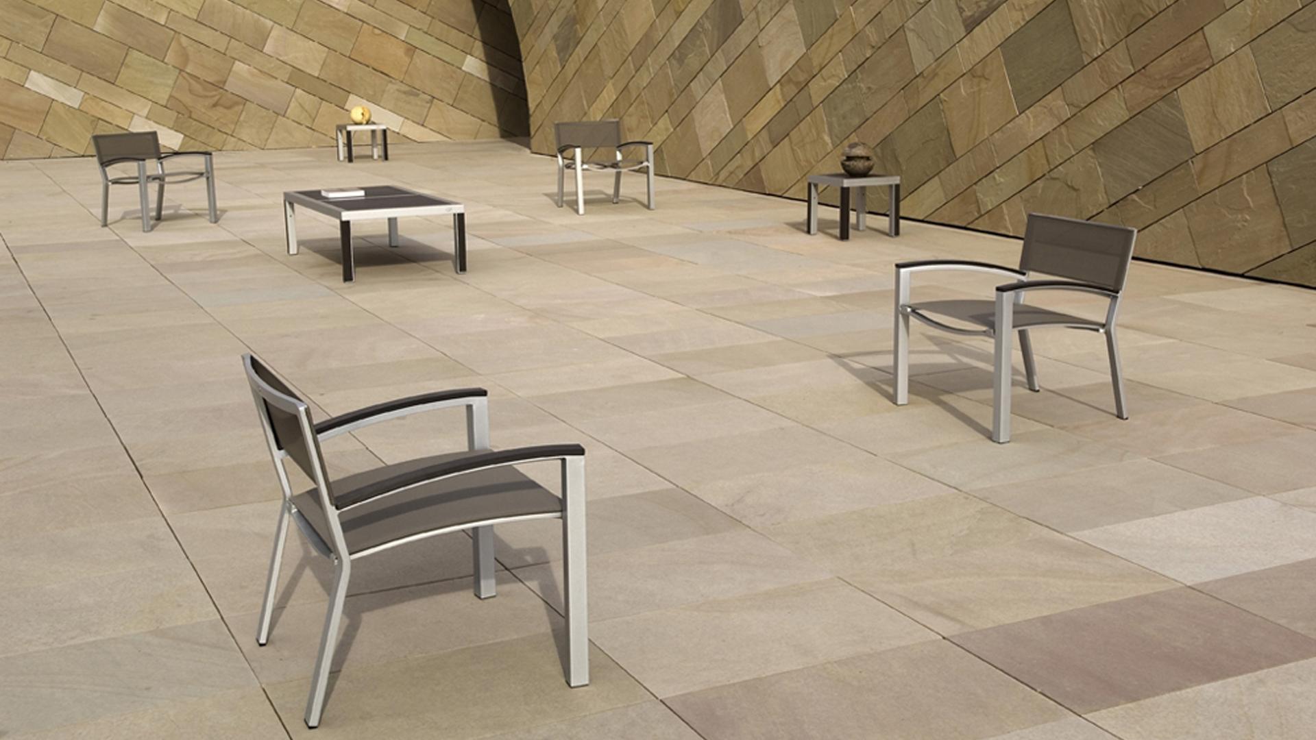 Ce siège extérieur en aluminium et Batyline® est un fauteuil pour ameublement d'extérieur, une création Claude Robin pour LES JARDINS AIX-EN-PROVENCE. Mobilier urbain idéal comme mobilier de jardin, mobilier de terrasse, mobilier d'hôtel. Chaise extérieure alliant design moderne et ergonomie. Ce mobilier urbain s'adapte à tout type d'extérieur. Modèle déposé.