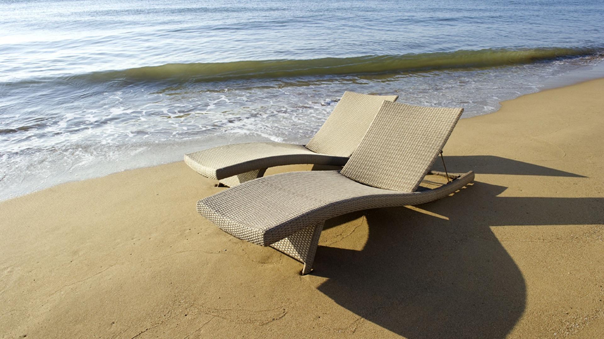 Le bain de soleil DUNA est une chaise longue designée par Claude Robin pour LES JARDINS AIX-EN-PROVENCE. Ce bain de soleil s'est imposé sur les plages, les terrasse de piscines d'hôtels à travers le monde. Véritable best seller aux USA, cette chaise longue distribuée par FRONTGATE se poursuit aujourd'hui encore. Bain de soleil avec pieds pliants s'intégrant dans le cadre. Chaise longue empilable qui allie ergonomie et design.