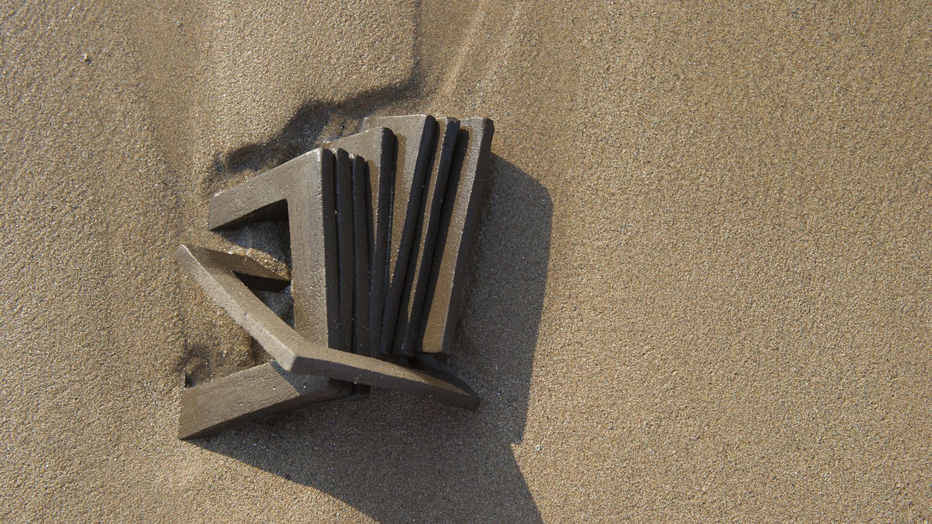 Sculpture design en céramique Shamaille dans le sable