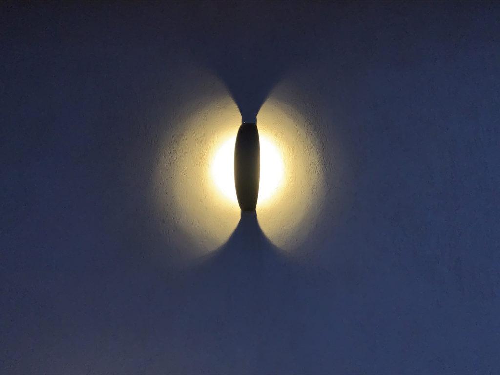 Lampe extérieure murale en acier, rouille Corten ou gris anthracite. Cette lampe d'extérieur murale LED permet un éclairage performant et un éclairage puissant. L'applique extérieure murale Trait de Lune s'adapte à tout type d'environnement architectural. Comme toutes les lampes d'extérieur murales LYX Luminaires, la lampe extérieure murale Trait de Lune est de conception et de fabrication française. La lampe extérieur murale Trait de Lune est idéale pour l'éclairage de façade, l'éclairage de mur, l'éclairage d'entrée, l'éclairage de terrasse, l'éclairage de balcon. La lampe d'extérieur murale LED Trait de Lune est déclinée en borne d'extérieur LED, en spot LED, en applique murale solaire et en borne extérieure solaire. Les lampes extérieures murales LYX Luminaires offrent un éclairage moderne.